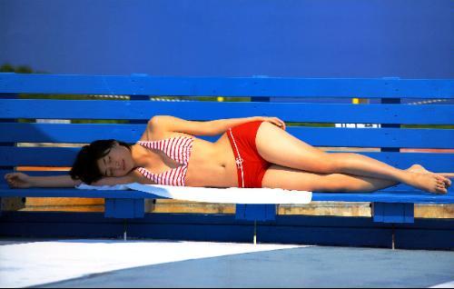 ベンチに寝そべる南沢奈央