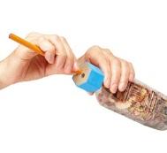空のペットボトルに取付けるだけで、鉛筆削りに早変わり!