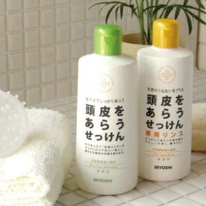 天然由来の石けんと保湿成分で頭皮を洗う。