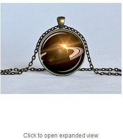 土星のカッシーニ土星ペンダントネックレス黒バラの金の宝石のネックレスの天文学...