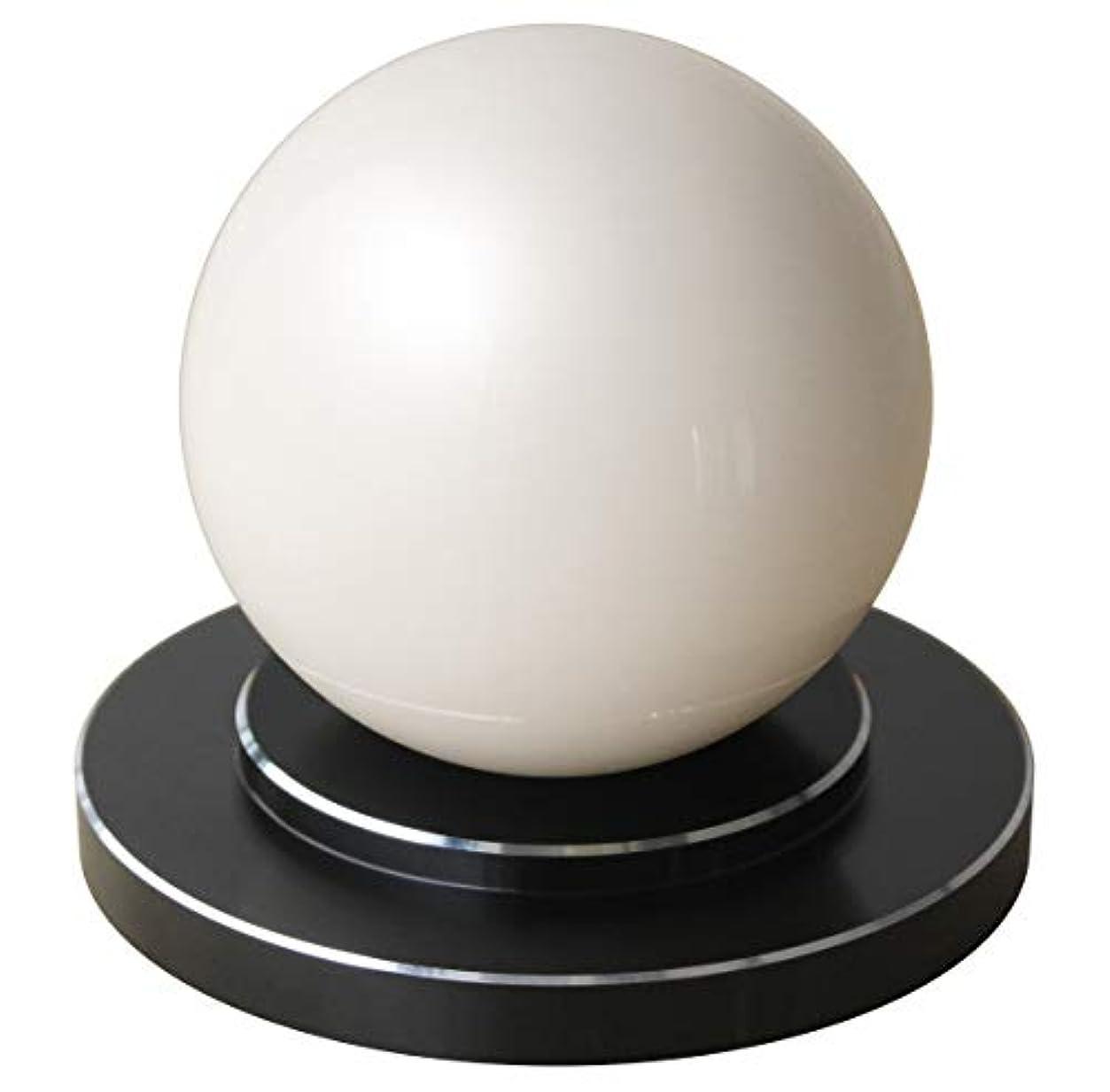 何か雰囲気かみそり商品名:楽人球(らくときゅう):インテリアにもなるスタイリッシュな指圧器。光沢のある大きな球体。美しさと指圧の実力を兼ね備えた全く新しいタイプの指圧器。筋肉のこりをほぐし、リラックスできる。 【 すごく効く理由→一点圧により指圧位置の微調整が可能。大きな球体(直径75mm)により身体にゆるやかに当たる。硬い球体により指圧部位にしっかり入る。球体と台座が分離することにより、頭、首、肩、背中、腰、胸、腹、お尻、太もも、ふくらはぎ、すね、足裏、腕、身体の前面も背面も指圧部位ごとに使いやすい形状と使用方法(おす?さする?もむ?たたく)を選択可能。】楽人球の「特徴?使用方法?使用上のご注意」に関しての詳細は株式会社楽人のホームページへ→「楽人球」で検索。指圧 指圧器 指圧代用器 整体 マッサージ マッサージ器 ツボ押し ツボ押しグッズ つぼおし つぼ押し 肩こり 腰痛 こりほぐし インテリア