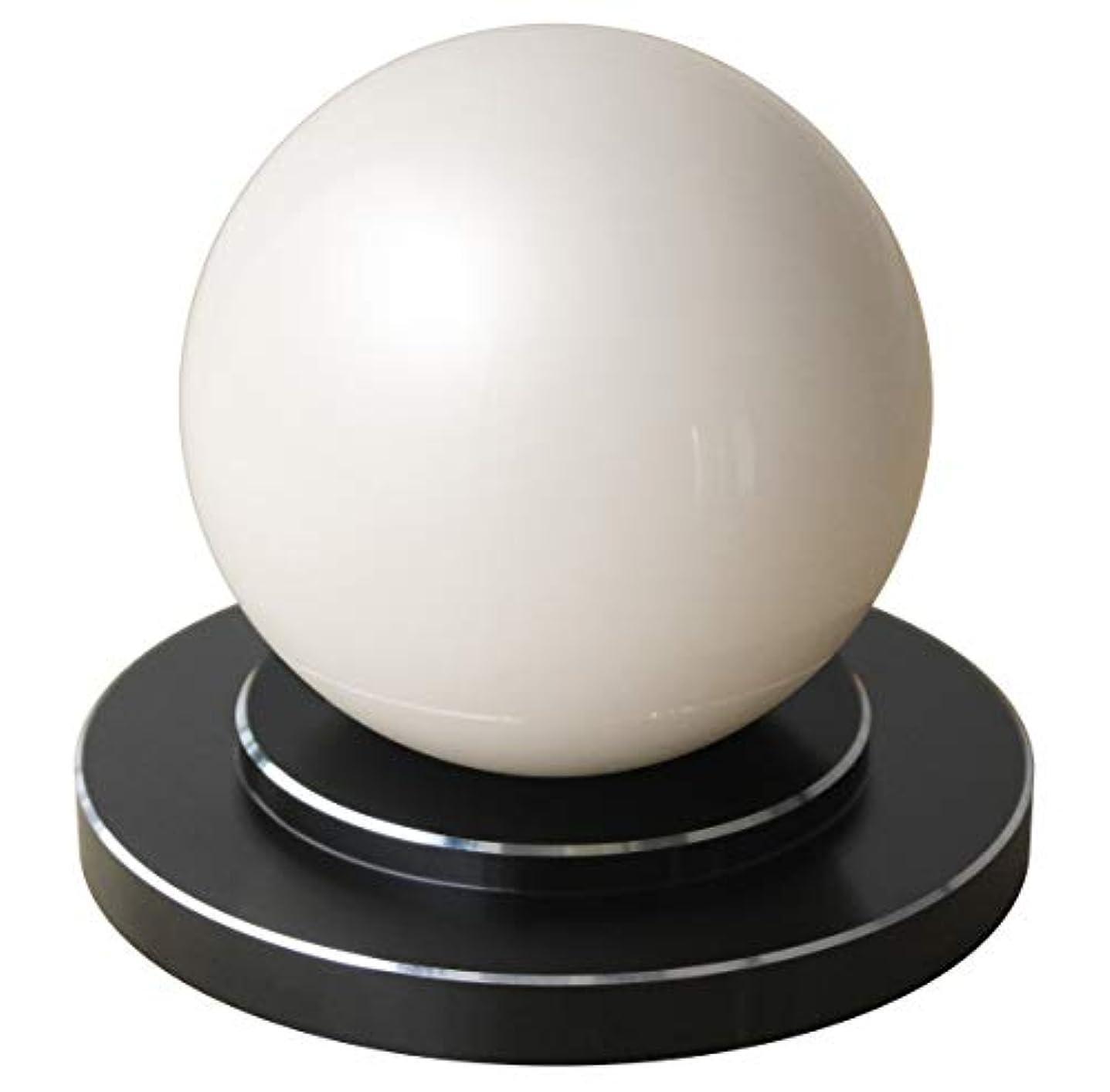 アカデミックマラウイ単語商品名:楽人球(らくときゅう):インテリアにもなるスタイリッシュな指圧器。光沢のある大きな球体。美しさと指圧の実力を兼ね備えた全く新しいタイプの指圧器。筋肉のこりをほぐし、リラックスできる。 【 すごく効く理由→一点圧により指圧位置の微調整が可能。大きな球体(直径75mm)により身体にゆるやかに当たる。硬い球体により指圧部位にしっかり入る。球体と台座が分離することにより、頭、首、肩、背中、腰、胸、腹、お尻、太もも、ふくらはぎ、すね、足裏、腕、身体の前面も背面も指圧部位ごとに使いやすい形状と使用方法(おす?さする?もむ?たたく)を選択可能。】楽人球の「特徴?使用方法?使用上のご注意」に関しての詳細は株式会社楽人のホームページへ→「楽人球」で検索。指圧 指圧器 指圧代用器 整体 マッサージ マッサージ器 ツボ押し ツボ押しグッズ つぼおし つぼ押し 肩こり 腰痛 こりほぐし インテリア