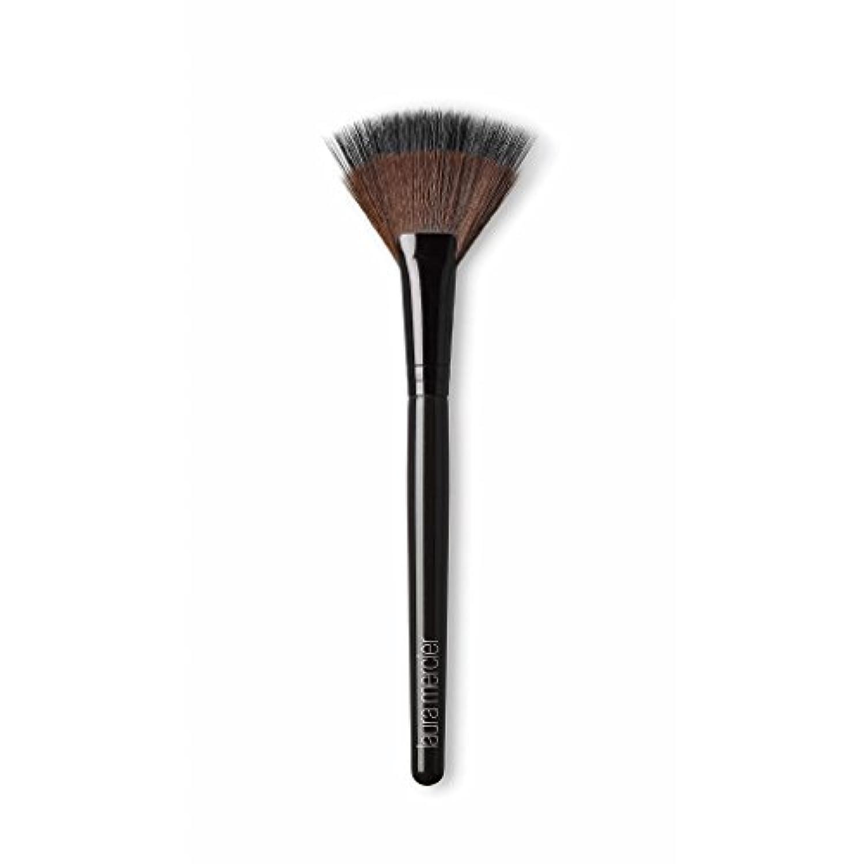 再開病特異なLaura Mercier Fan Powder Brush