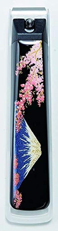 持っている店員レイアウト蒔絵爪切り 富士に桜 紀州漆器 貝印製高級爪切り使用