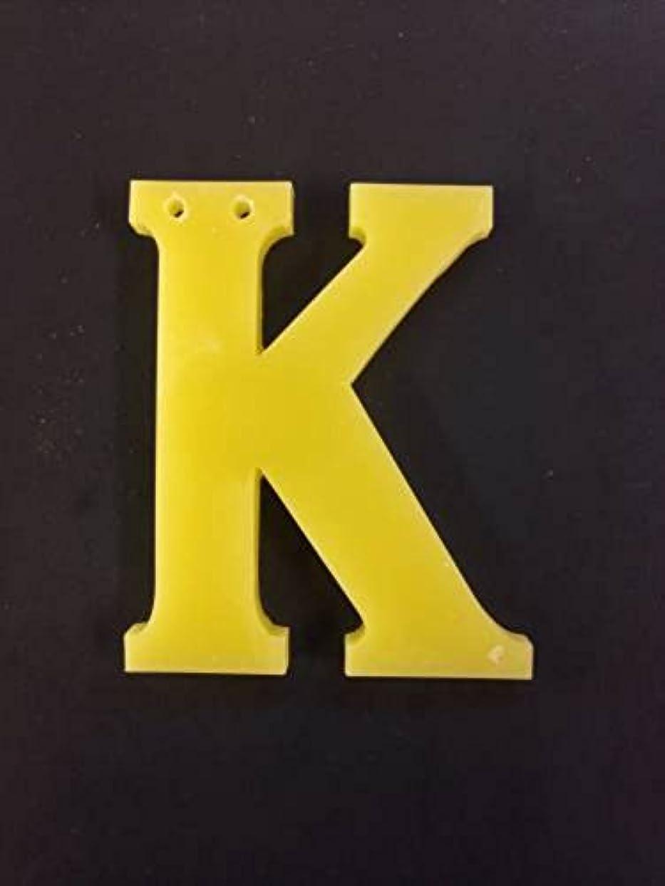 ジェスチャー例屋内でGRASSE TOKYO AROMATICWAXチャーム「K」(YE) ベルガモット アロマティックワックス グラーストウキョウ