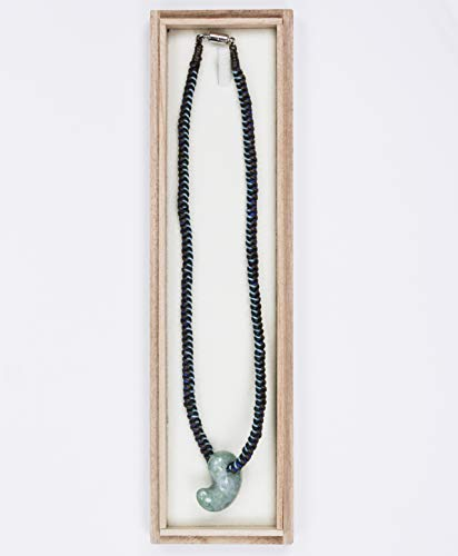 古代勾玉(まがたま)ペンダント 糸魚川産ヒスイ[翡翠輝石 Jadeite]編み紐(青)【桐箱入】