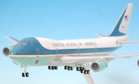 1: 200 スカイマークス Air Force One ボーイング 747-200 with Landing Gear and Wood Display Stand (並行輸入)