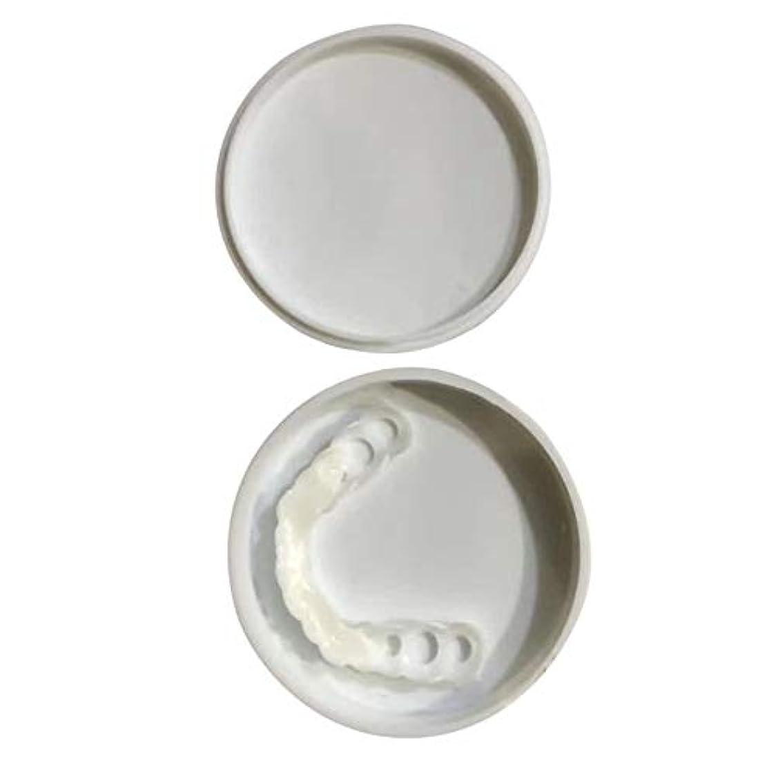 テーブルを設定するちょっと待って確認する快適なスナップオン男性女性歯インスタントパーフェクトスマイルコンフォートフィットフレックス歯フィットホワイトニング笑顔偽歯カバー - ホワイト