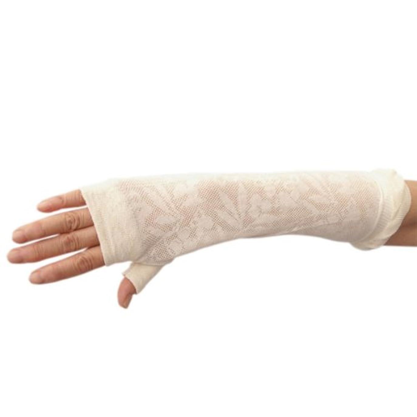 マイク郵便番号上がるUVカット効果のあるオーガニックコットン オリーブ柄ミドル丈指なし手袋アイボリー