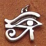 ▼エジプシャン・アイ・ペンダント●ウジャト、或いはホルスの眼などとも呼ばれ古代エジプト時代からの護符です。言い伝えによればホルスの眼は右目が太陽神、左目が月の神を象徴するとされていますが、両面に彫りみ、その何れの神様への加護でも祈ることができるでしょう。