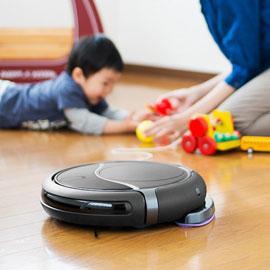 Robot làm sạch và trẻ em và mẹ