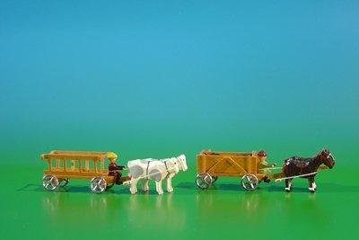 馬との未塗装、負荷の底板の有蓋車の 2 ミニチュア: ウシ、負荷との未塗装の石炭そしてリーダー車: 空の長さおよそ 9cm 荷馬車ミニチュア木車の鉱石山の Seiffen の鉱石山