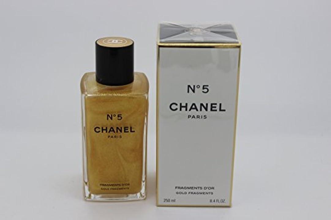 脇に普通に長椅子Chanel No. 5 (シャネル No. 5) 8.4 oz (252ml) Gold Fragments Shimmering Body Gel for Women