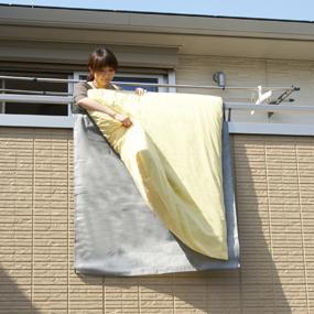 ベランダや外壁の汚れを気にせずふとんを干せる。