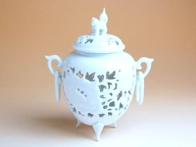 グッゲンハイム美術館外部横向き有田焼 白磁彫浮牡丹 香炉(木箱付)【サイズ】高さ13cm
