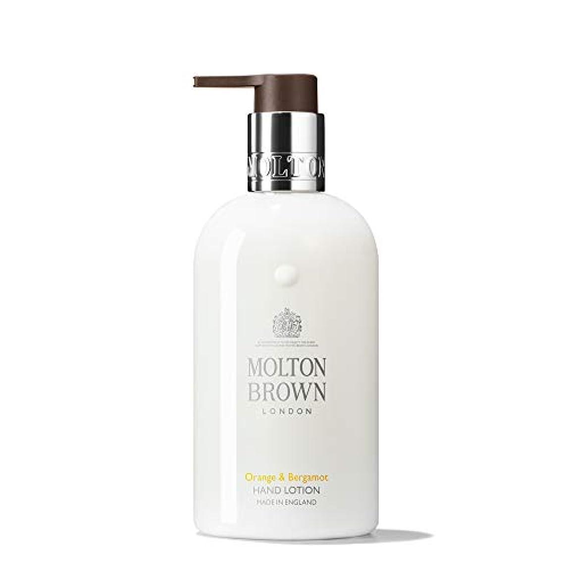 露床を掃除するキャメルMOLTON BROWN(モルトンブラウン) オレンジ&ベルガモット コレクション O&B ハンドローション
