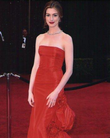 ブロマイド写真★アン・ハサウェイ/赤いドレスでレッドカーペット