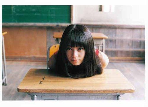 奥仲麻琴 教室の机で freeサイズ スマホ 壁紙・待ち受け