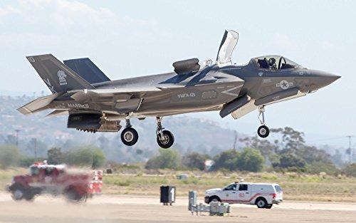絵画風 壁紙ポスター (はがせるシール式) ステルス戦闘機 F-35B ライトニングⅡ 垂直着陸中 USAF JSF ミリタリー キャラクロ XF35-010W1 (ワイド版 921mm×576mm) 建築用壁紙+耐候性塗料