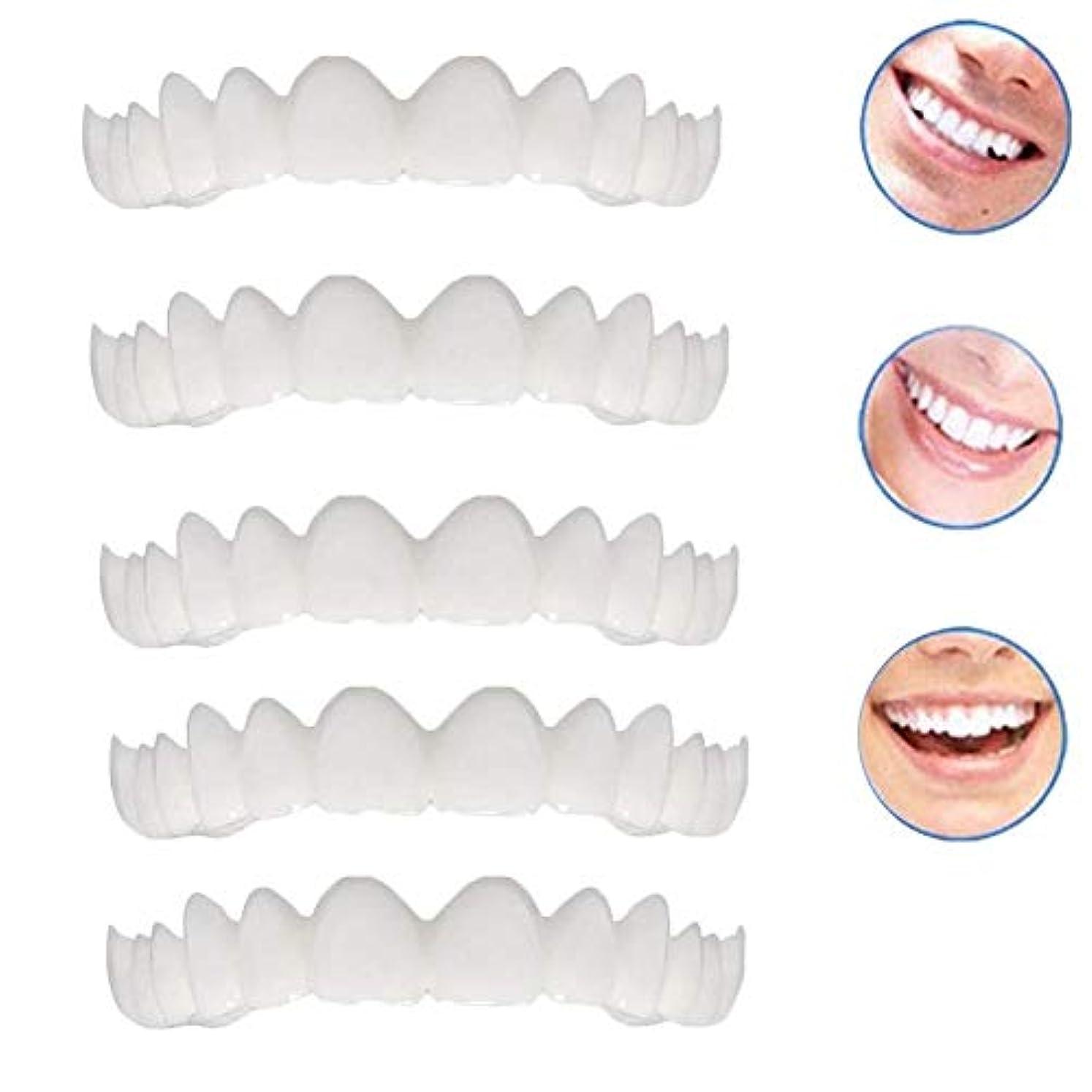 複製するライム思われる2本の偽のベニヤ修正歯のトップホワイトニング化粧品義歯修正のための悪い歯のための新しいプロの笑顔のベニヤ