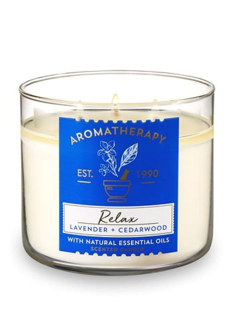 精神的に奨励いらいらさせる【Bath&Body Works/バス&ボディワークス】 アロマキャンドル アロマセラピー リラックス ラベンダー&シダーウッド Aromatherapy 3-Wick Scented Candle Relax Lavender...