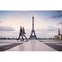 Couple walking nearエッフェル塔パリフランスフォトアートプリントポスター18 x 12