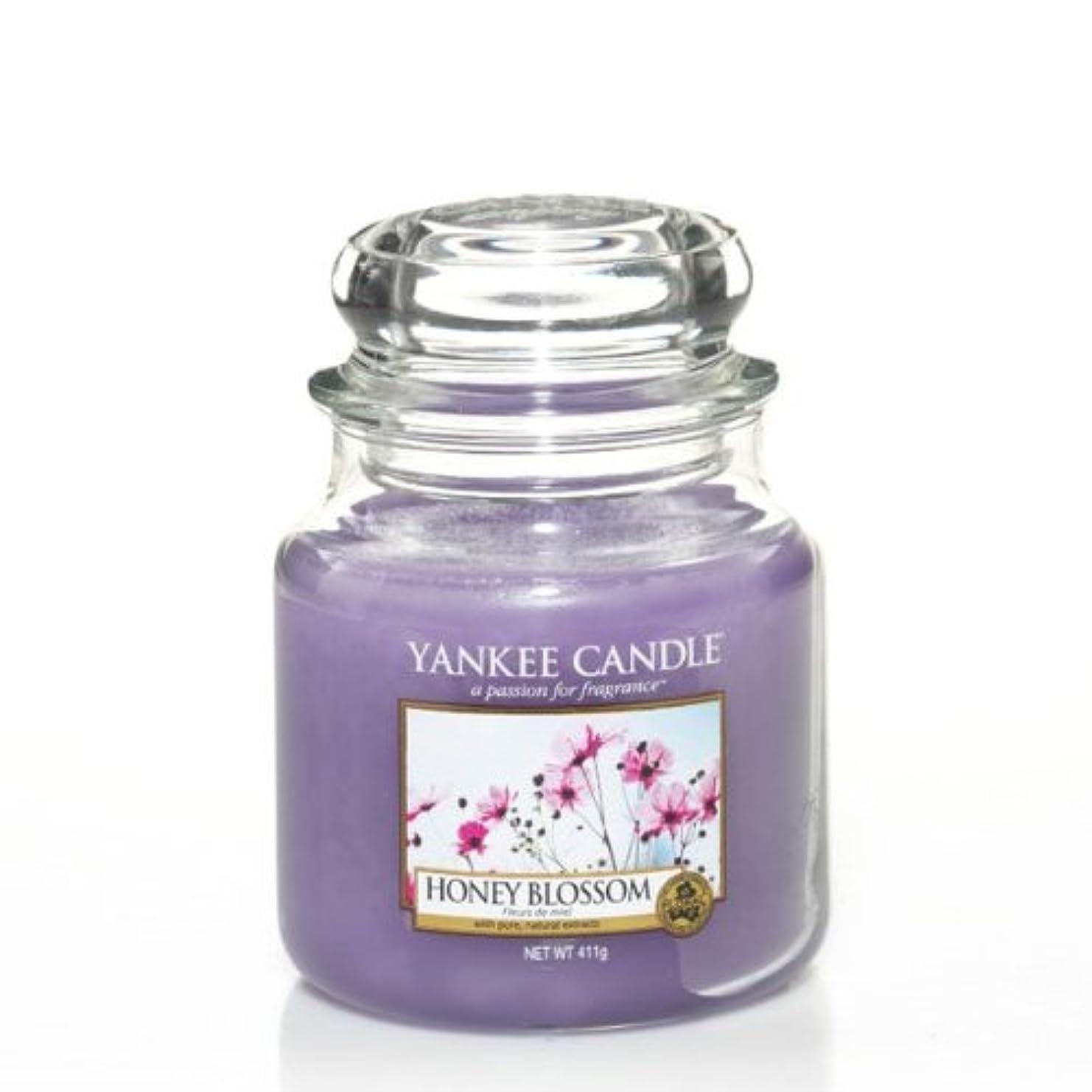パンチ強調する対称YankeeキャンドルMedium Jar Candle – Honey Blossom