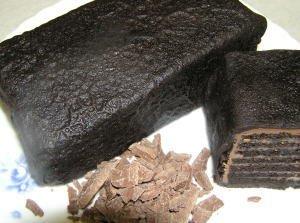これってミルクレープ?黒のパケ ブラックココアとミルクの生チョコのスイーツ アイスもお勧め