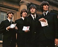 ブロマイド写真★ザ・ビートルズ The Beatles/4人/カラー/勲章を見せる/ジョン・レノン、ポール・マッカートニー、ジョージ・ハリスン、リンゴ・スター