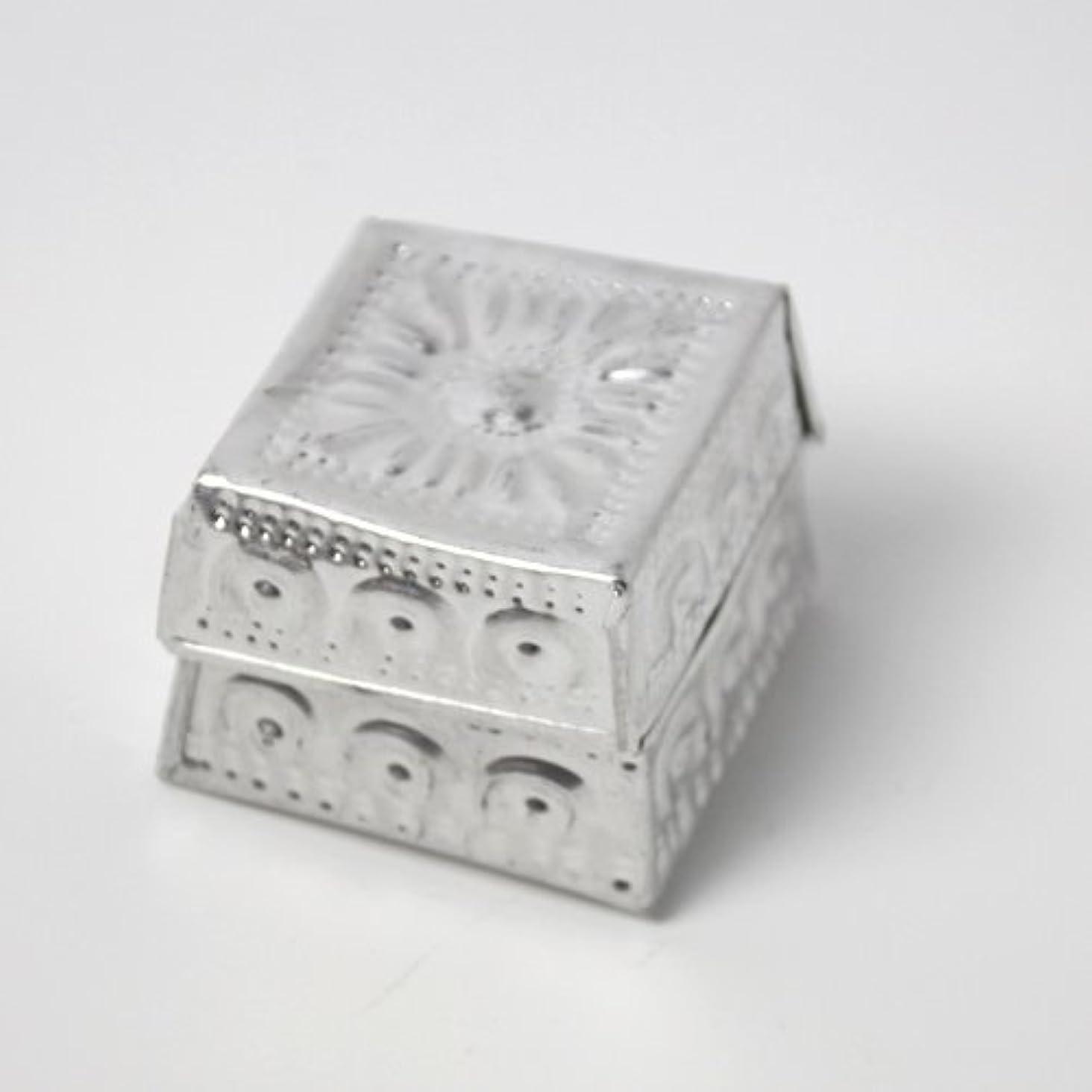 正しくレコーダーに頼るアルミアートのボックスにはいったアロマキャンドル?四角
