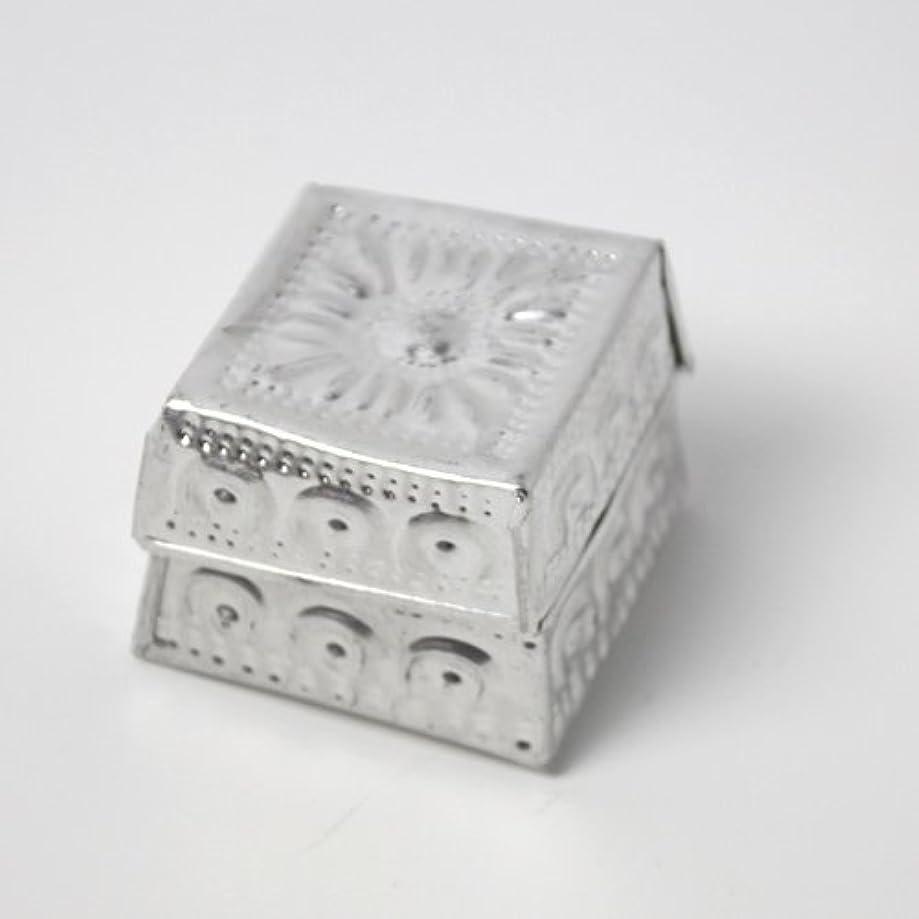 フォージ扱う明確なアルミアートのボックスにはいったアロマキャンドル?四角