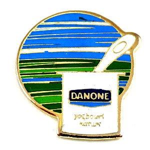 限定 レア ピンバッジ ダノンのヨーグルト容器とスプーン一本 ピンズ フランス