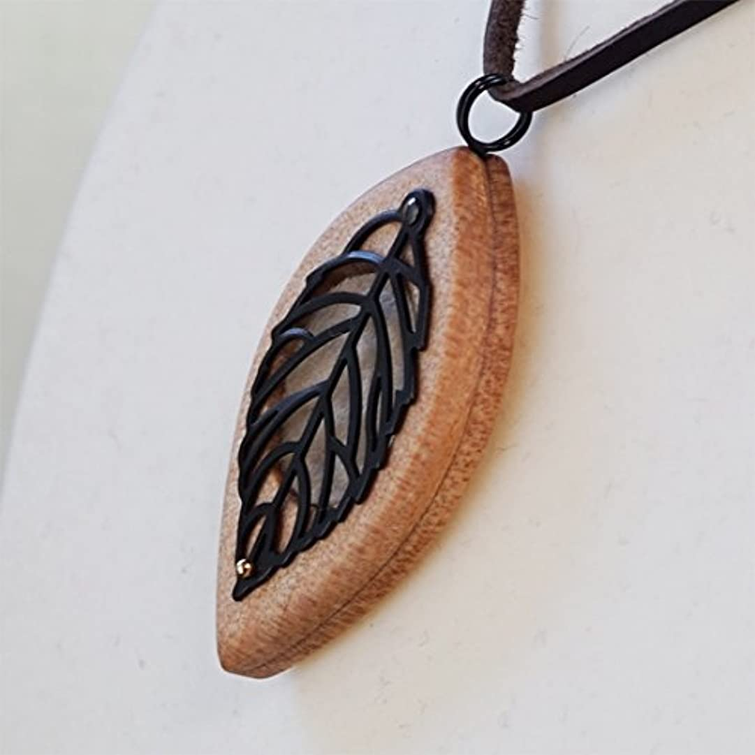黒くする繊毛間違えた木製オリジナルアロマペンダント 【天使の小瓶】 木の葉(ブラック)
