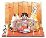 金魚鉢と招き猫トリオ