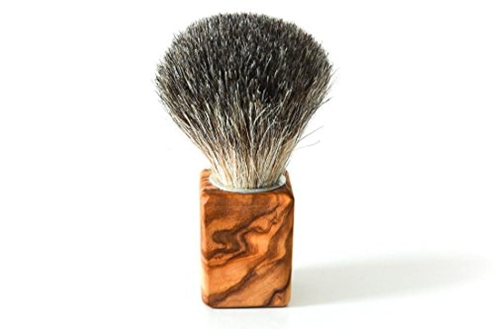 よろめくトリッキー髄シェービングブラシバッガーヘア。 オリーブウッド製ハンドル、タイプ「キューバス」。