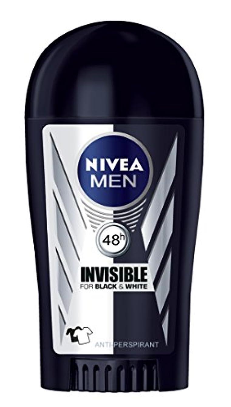 たぶん疲労戻すNivea Invisible Black and White Anti-perspirant Deodorant Solid Stick for Men 40ml - ニベアインビジブルブラックそしてホワイト制汗剤デオドラントスティック男性用40ml