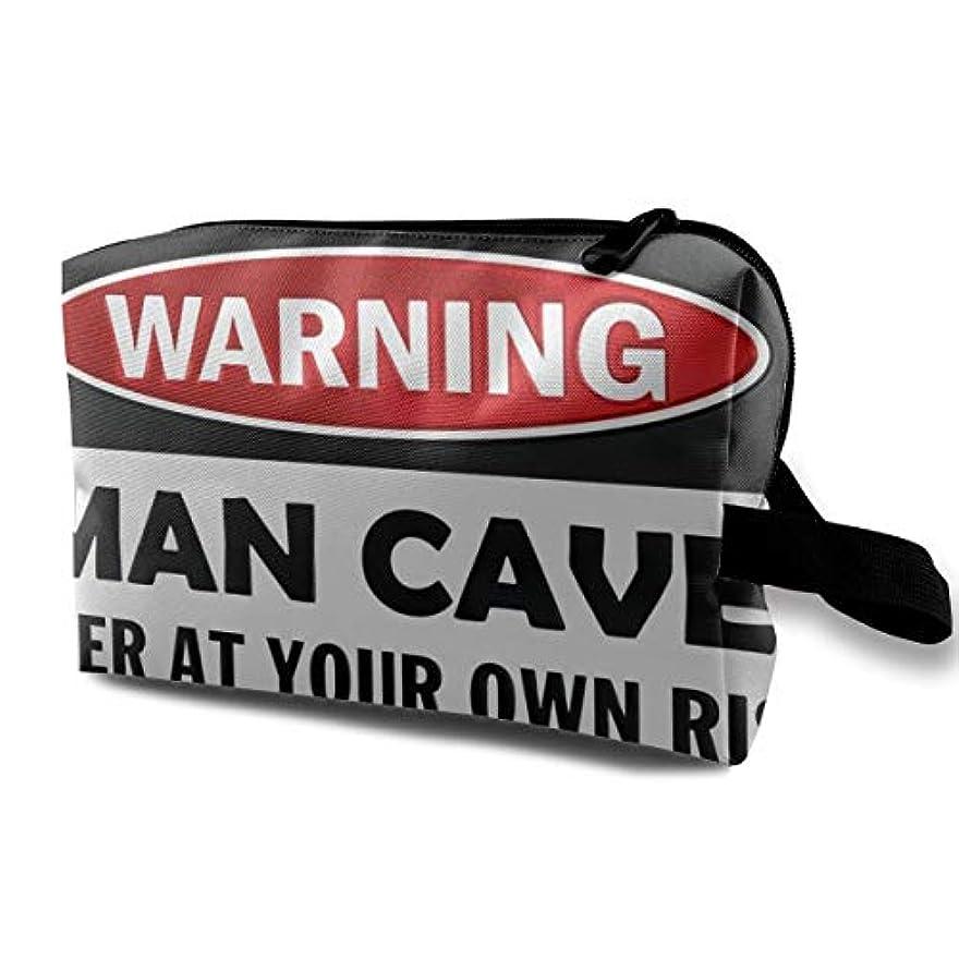 可動式フェッチ横にMan Cave Warning Sign 収納ポーチ 化粧ポーチ 大容量 軽量 耐久性 ハンドル付持ち運び便利。入れ 自宅?出張?旅行?アウトドア撮影などに対応。メンズ レディース トラベルグッズ