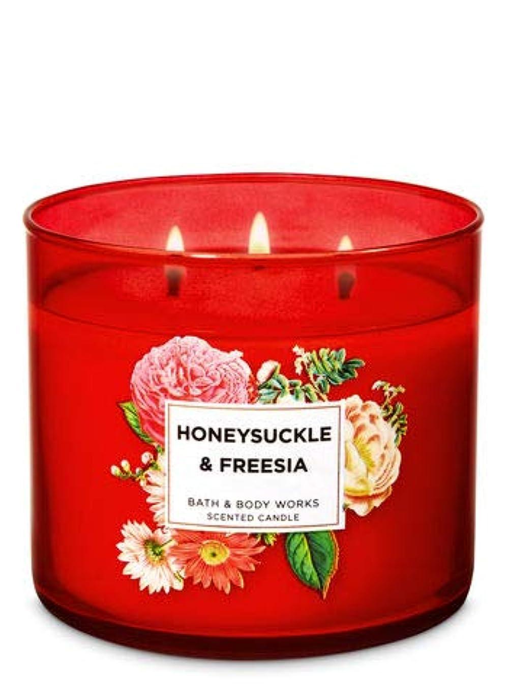 平和好むフリンジ【Bath&Body Works/バス&ボディワークス】 アロマ キャンドル ハニーサックル&フリージア 3-Wick Scented Candle Honeysyckle & Freesia 14.5oz/411g [...