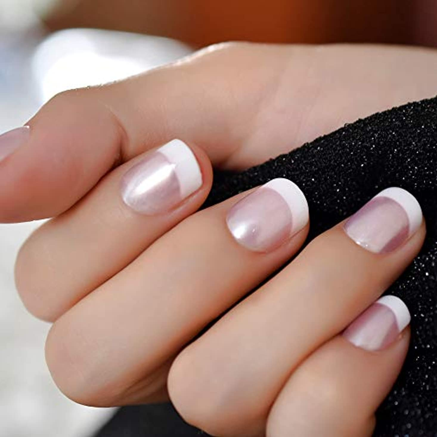 日焼けパス手XUTXZKA パールシャインピンクネイルホワイトラウンドフェイクネイルショートサテン人工女性指の爪