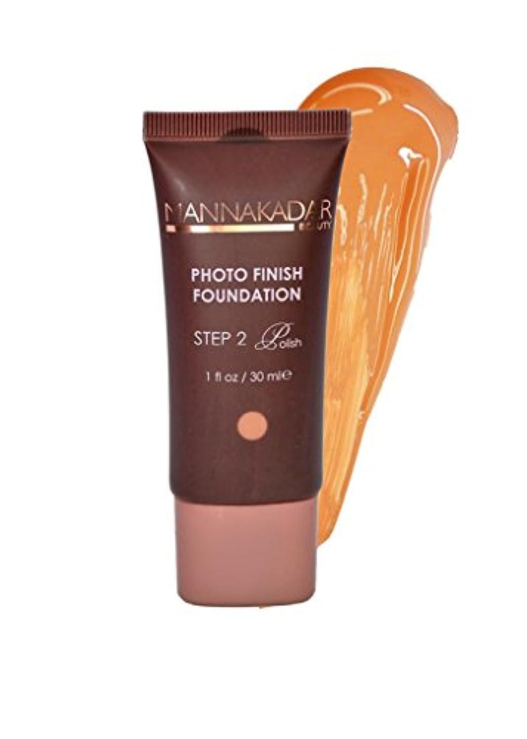 立場の面ではアクセントManna Kadar Cosmetics フォトフィニッシュ財団C6 - 完璧なタン