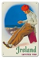 22cm x 30cmヴィンテージハワイアンティンサイン - アイルランドは、あなたを招待 - アイルランド人ウィービングベルト - ビンテージな世界旅行のポスター によって作成された フース・メライ c.1955