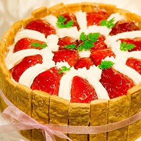 ≪苺のショートケーキ 直径15cm≫(ティータイム用なら4~6人分・食後のデザート用なら6~8人分です)⇒それ以上の人数ならLサイズ(直径17cm)を  ■生ホールケーキ・バースデーケーキ・お誕生日・パーティ  ■チルド便で配送  バースデーケーキやパーティ、大切な人へのバースデープレゼントに最適!!  *冷凍ではなく美味しさを損ねないチルドにてお届いたします。0℃から5℃の間の温度でお届致しますのでお召し上がり前に30分~1時間ほど室温に置いて頂けますとより美味しくお召し上がりいただけます...