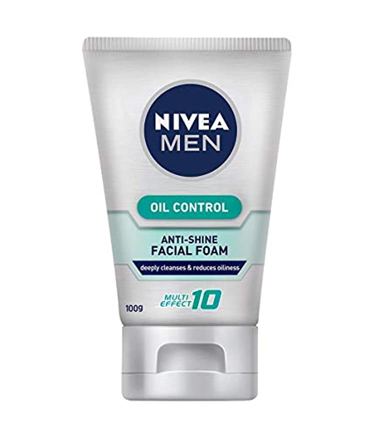 せせらぎアテンダントバランスのとれたNivea For Men オイルコントロールクレンザー百グラム、にきびの問題を軽減しながら、炎症を和らげます。