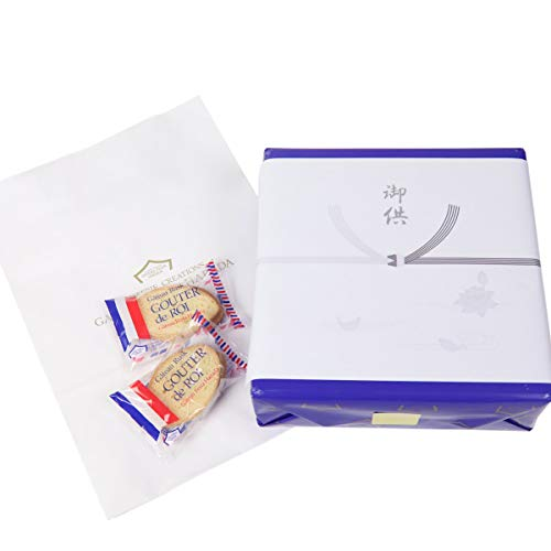お菓子の箱に「供物」の掛け紙がかかっている。