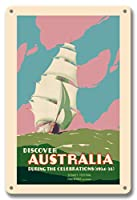 22cm x 30cmヴィンテージハワイアンティンサイン - ディスカバー・オーストラリア - シドニーフェスティバル、2週間のお祝い - 帆船 - ビンテージな世界旅行のポスター によって作成された ジョン・ヴィカリー c.1934
