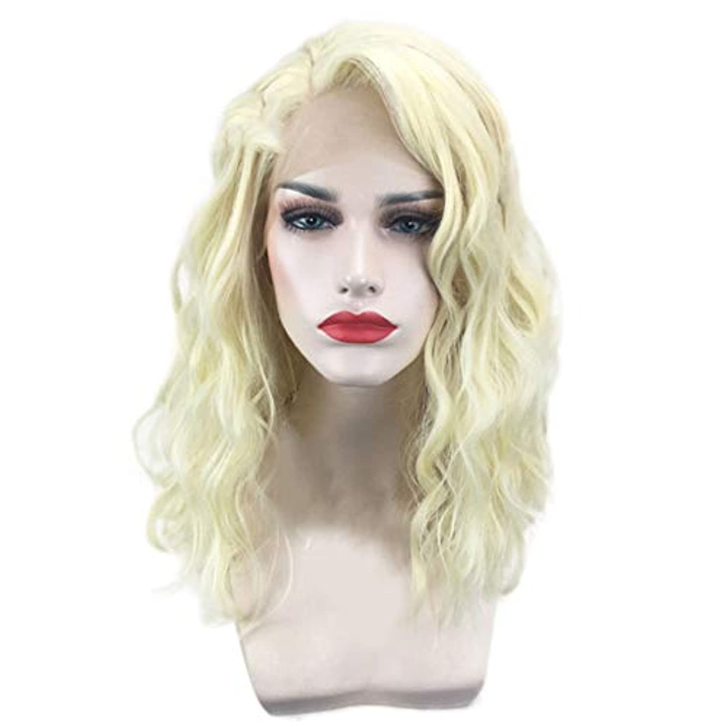 計算するスズメバチブロッサム女性のための短い巻き毛のかつらゴールドウェーブヘアかつら自然に見える耐熱合成ファッションかつらコスプレ気質