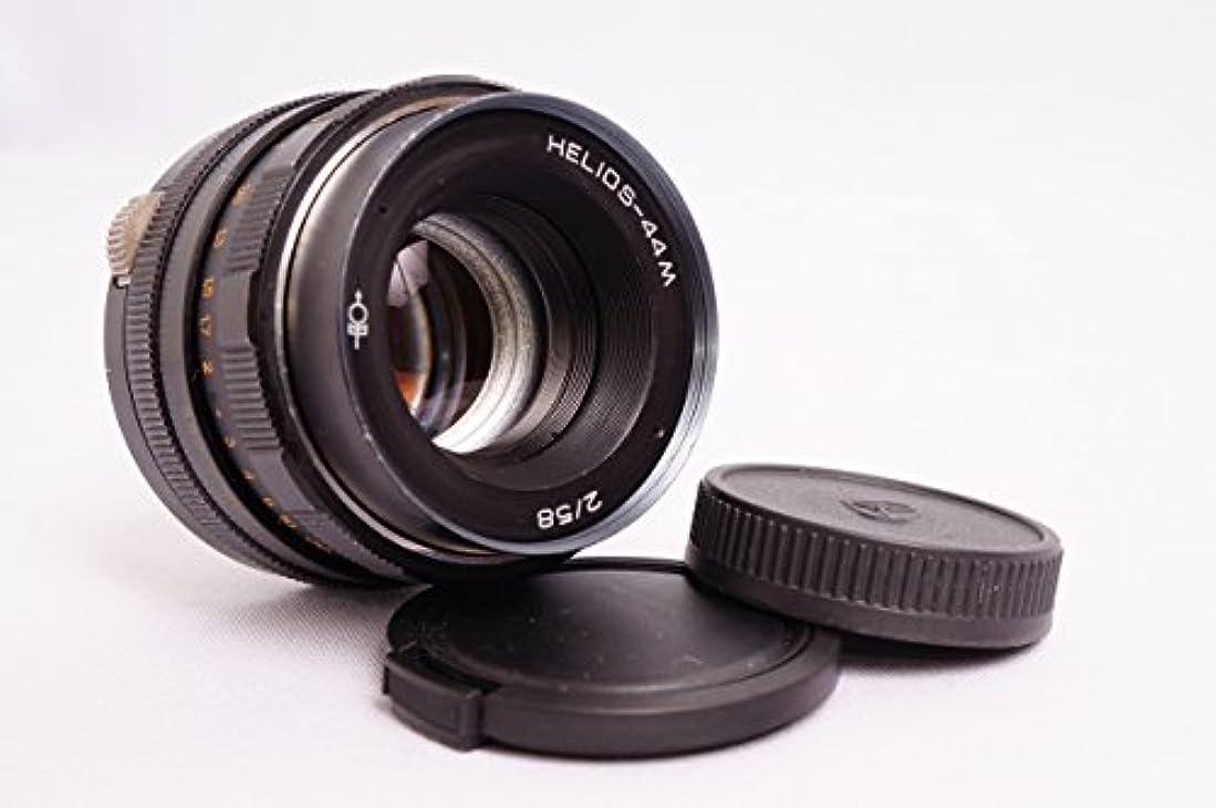 勧める女の子リビングルームヘリオス44Mの58ミリメートル(Eマウントカメラ用)ソニーE NEX用F2ロシアレンズ