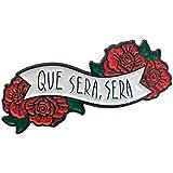 Ectogasm 100142インチ Que Sera Sera バナー 引用句 赤いバラのエナメルピン付き