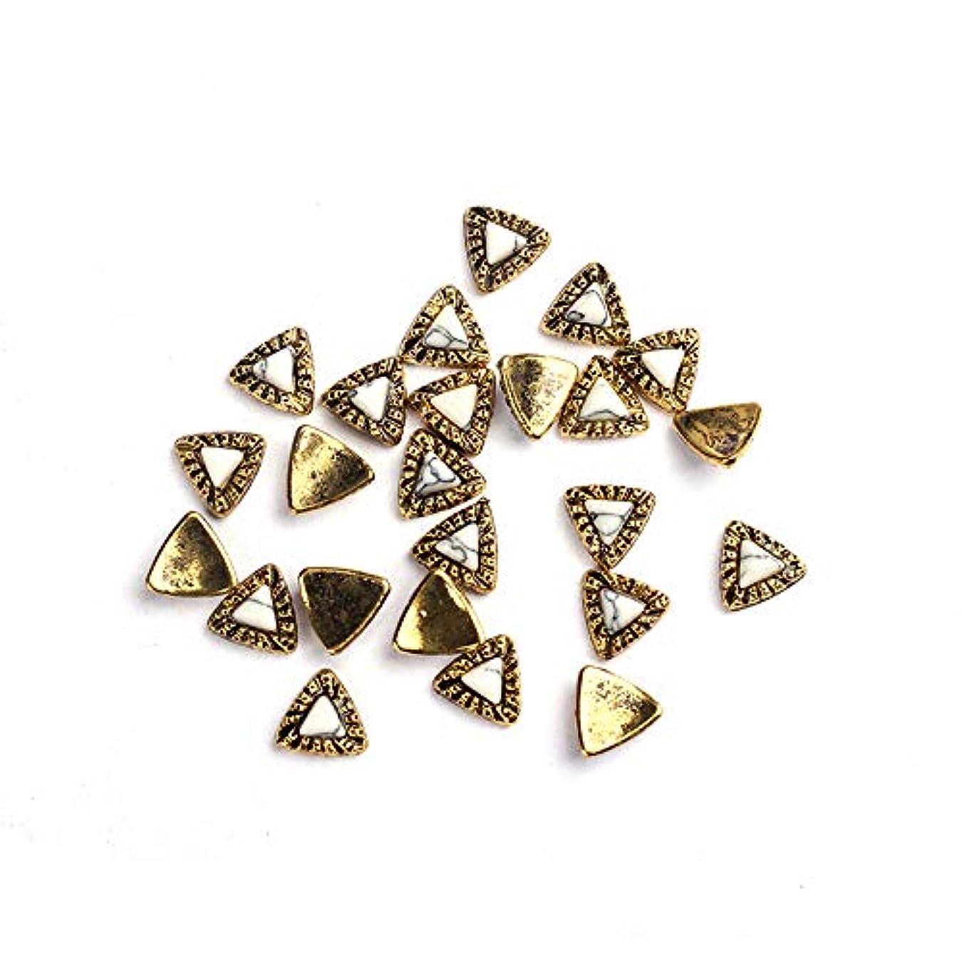 反逆者ゴールドとげのある20枚/ロットDIY UVチャームジュエリーアクセサリーについてはゴールデン亜鉛合金の金属小さな三角形UVジェルアート装飾セットビーズ