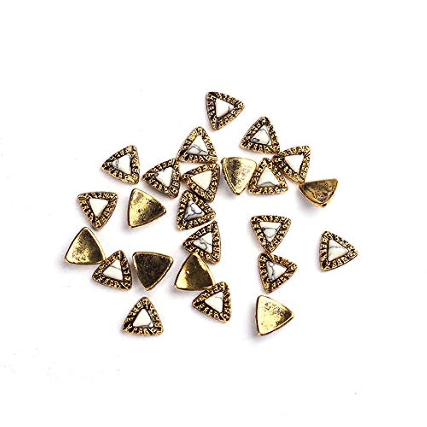 みすぼらしい謎めいた含む20枚/ロットDIY UVチャームジュエリーアクセサリーについてはゴールデン亜鉛合金の金属小さな三角形UVジェルアート装飾セットビーズ